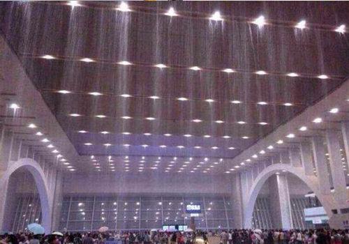 石家庄高铁站遇暴雨严重漏水如水帘洞