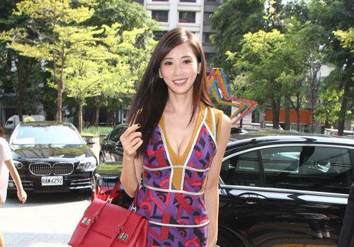 林志玲深V艳裙露事业线称40岁单身真怕了