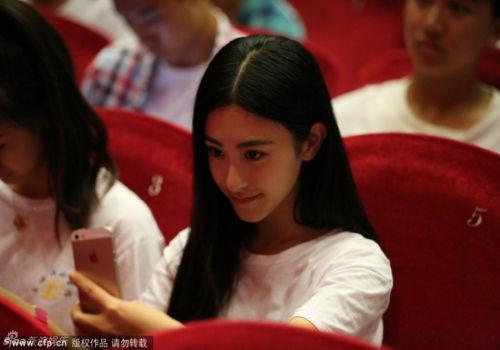 上戏开学典礼女生羞涩美女教师抢镜