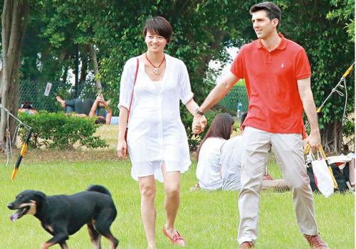 梁咏琪孕相明显与老公恩爱散步难掩幸福