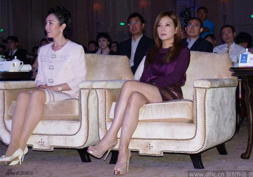 赵薇短裙秀美腿与王思聪母亲邻座称熟识
