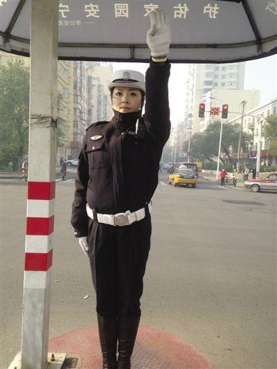 哈尔滨最美女交警薛爽走红组图