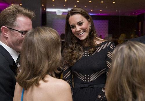 凯特王妃现身孕肚明显全身发福唯胸没变