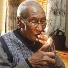95岁老人为6弃儿终身未婚