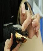 女子在卓展购物中心花1.7万买鞋穿几次开胶