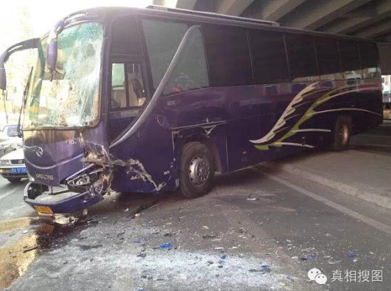 哈市一公交车相继与宾利宝马越野车金龙客车相撞