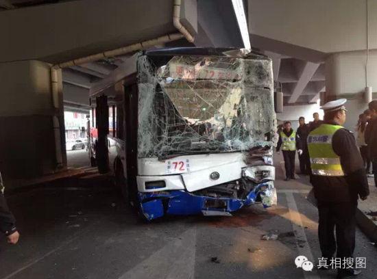 哈市一公交车相继与宾利宝马越野车金龙客车相撞高清图片