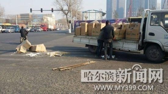 几十个马桶从车上跌落