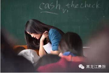 我偷看英语老师跟她_哈商大英语教师周青青