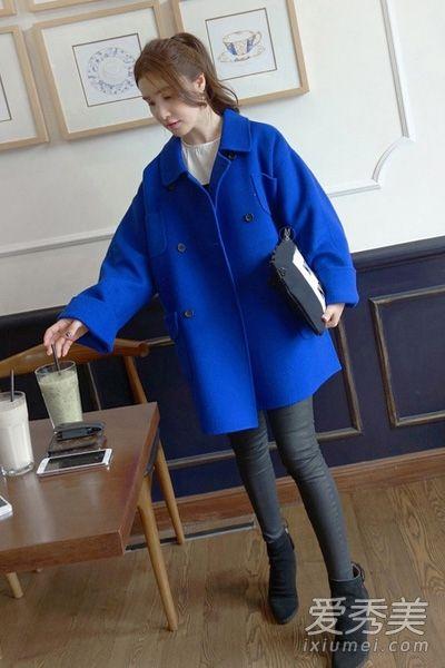 白衬衫搭配黑色伞裙,将浅蓝色呢子大衣搭在身上