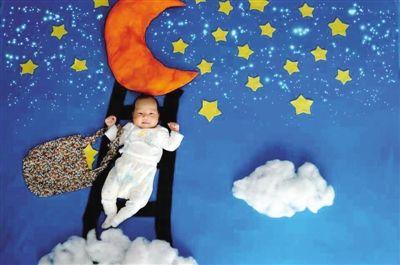 记者在某网站搜索婴儿艺术照服装道具,出现了上万条的相关图片及