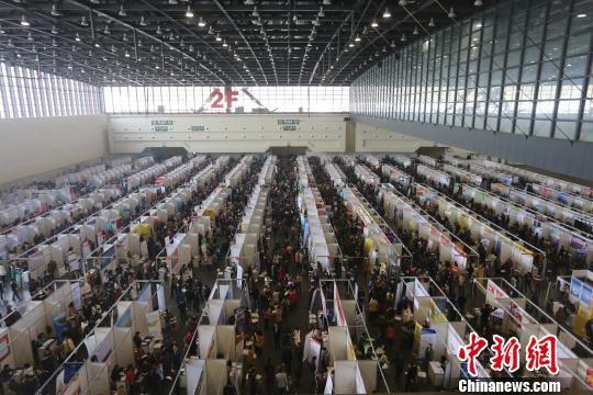 河南郑州,大批求职者在2015年春季大型综合人才招聘