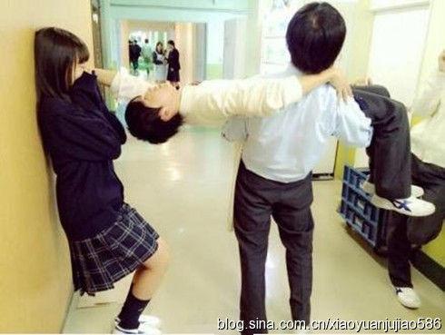 日本小学女生大胆恋爱尺度背后图