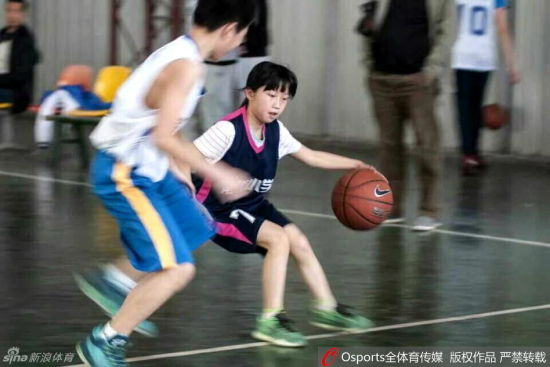 12岁女乔丹球技完爆男生(组图)