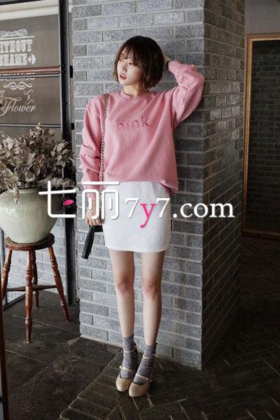 搭配看点:粉色的套头卫衣