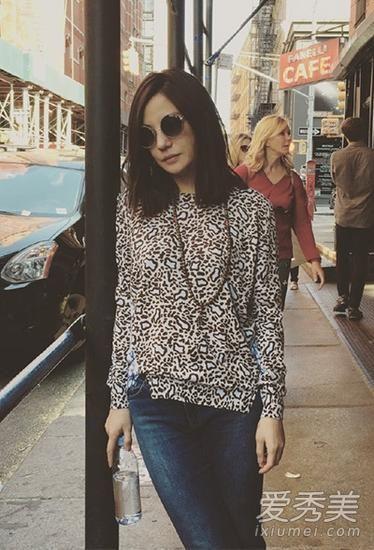 赵薇纽约街拍,穿着豹纹长袖衫搭配牛仔裤