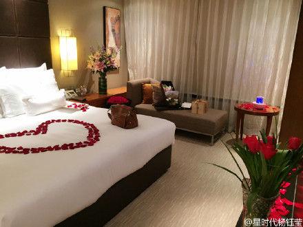 浪漫惊喜的房间布置_莹又收获惊喜,回到房间发现了精心的 布置 和 生日 蛋糕图片