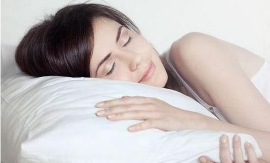 本文导读:现在很多人都有着睡眠质量变低的症状,那是什么导致睡眠变低的呢?睡前的禁忌有哪些你触碰了呢?下面我们一起来看看吧。   睡前有哪些禁忌 如何睡得好 睡前不能喝什么饮料   现代的社会,工作业力大,忙碌的生让经常失眠的你,是不是有许多不好的睡前习惯吗?以下十大睡前禁忌需要大家警惕。   睡觉之前的禁忌有哪些   1、忌睡前用脑   如果有在晚上工作和学习的习惯,要先做比较费脑筋的事,后做比较轻松的事,以便放松脑子,容易入睡。否则,如果脑子处于兴奋状态的话,即使躺在床上,也难以入睡,时间长了,还容