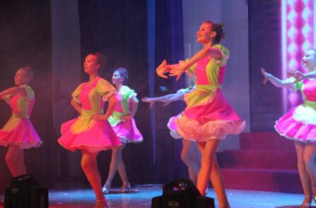 俄罗斯青少年表演舞蹈节目