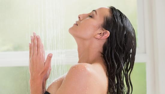沐浴序曲之一:洗脸   为什么要把洗脸放在第一?原来,当你进入淋浴房后,热水一开,就会产生腾腾蒸气,而人体的毛孔遇热会扩张,所以如果当你在此时没有先将脸洗干 净,脸上积累了一天的脏东西,便会趁你毛孔大门开启之时,潜入你的毛孔。久而久之,你的毛孔便会被这些脏东西挤得越来越大,占据着本不应该属于它们的领 地,你脸上的痘痘也会愈冒愈多,但绝不要相信别人对你说的青春美丽疙瘩痘。   此外,不要以为晚上睡觉就不会被灰尘攻击,所以一天内洗脸的次数就应是:起床一次、午休前一次、晚上洗澡前一次,一共三次。沐浴时