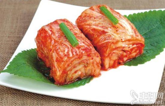 朝鲜辣白菜的制作方法:   1.将所有食材和调味料都准备好,待用   2.将白菜清洗干净,然后从底部先起开6,7厘米左右,再直接用手对半掰开,这样做会让做好的辣白菜更自然   3.然后将盐均匀的涂抹在白菜叶的每一面,这一步要注意动作温柔一些,否则会将菜叶折断的,这样就会影响外观了   4.