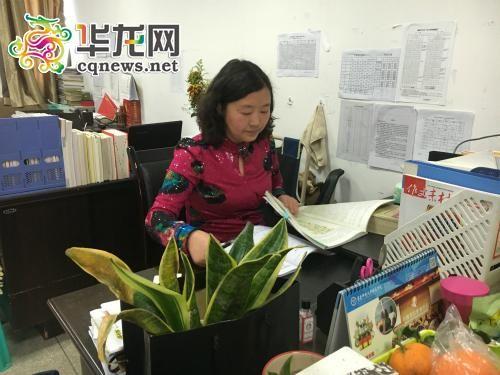 午饭时间还在办公室备课的江平。 实习记者 刘露 摄