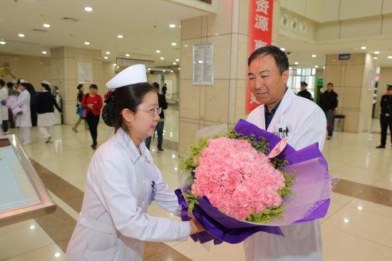 护士职业资格�y.i_国际护士节——哈尔滨市第一医院营造爱\