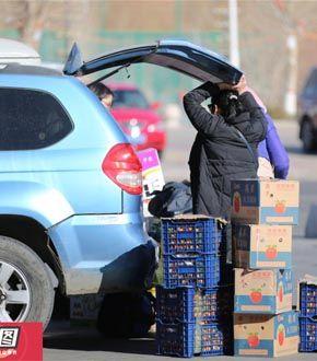 蒙古国人排队开车来华扫货 大包小包往家带