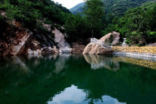 藤龙山原生态自然风景区位于河北省平山县王坡乡北部,西接天台山