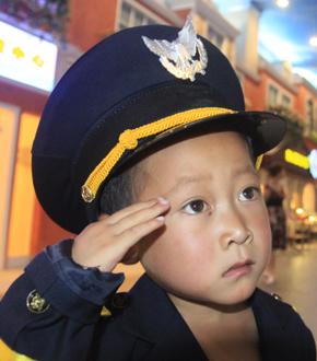 7岁绝症男孩小忠霖:捐眼角膜前 让我看遍哈尔滨吧